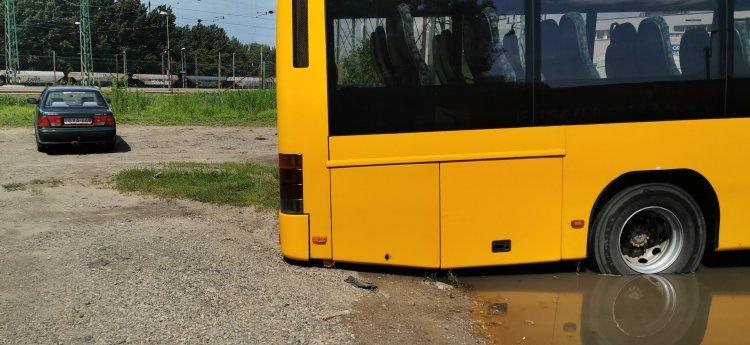 Elakadt autóbusz - Műszaki mentésre volt szükség a mély talaj miatt