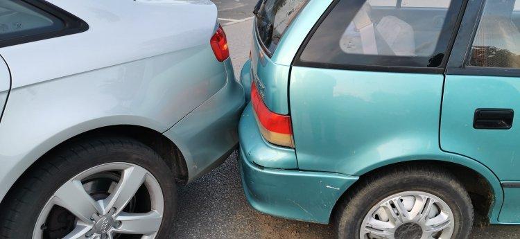 Ütközés tolatás közben - Két autó koccant a Mentőszolgálat előtt