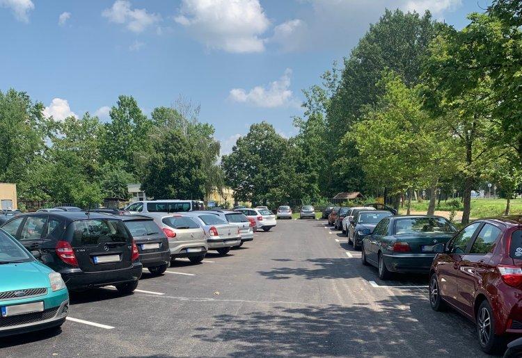 85, vadonatúj parkoló a Dunapack előtt, mely a szomszédos óvodába érkezőket is segíti