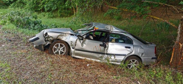 Feltehetőleg elaludt- Fának csapódott, majd árokba esett Vaja közelében egy autó