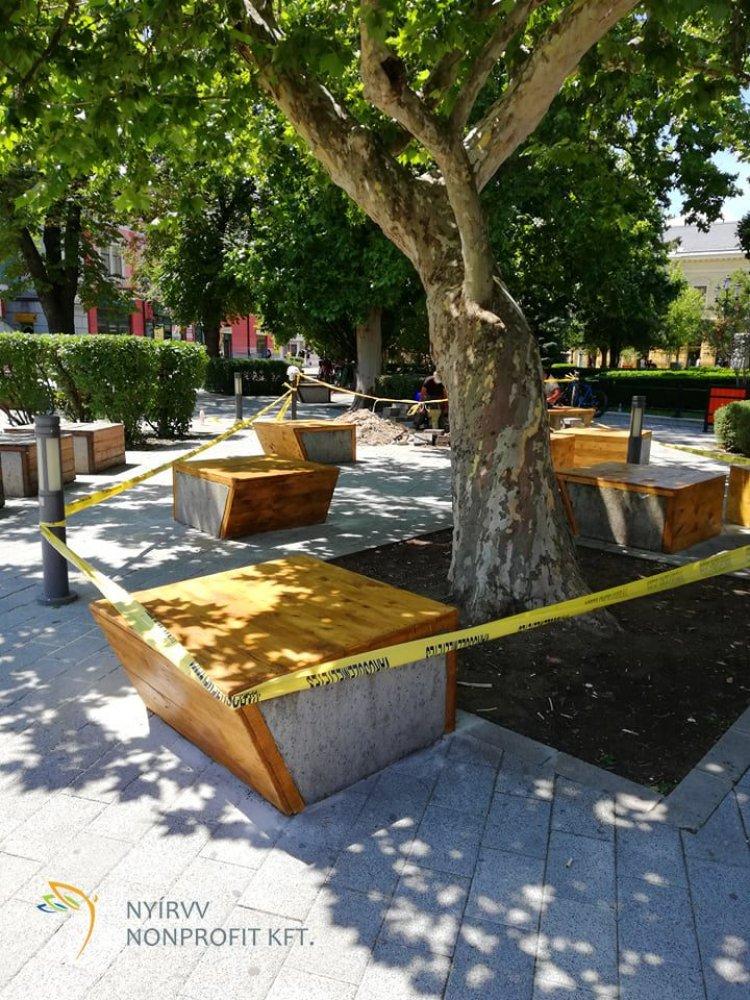NYÍRVV: megújulnak a Kossuth tér beton ülőpadjai, a munkák már elkezdődtek