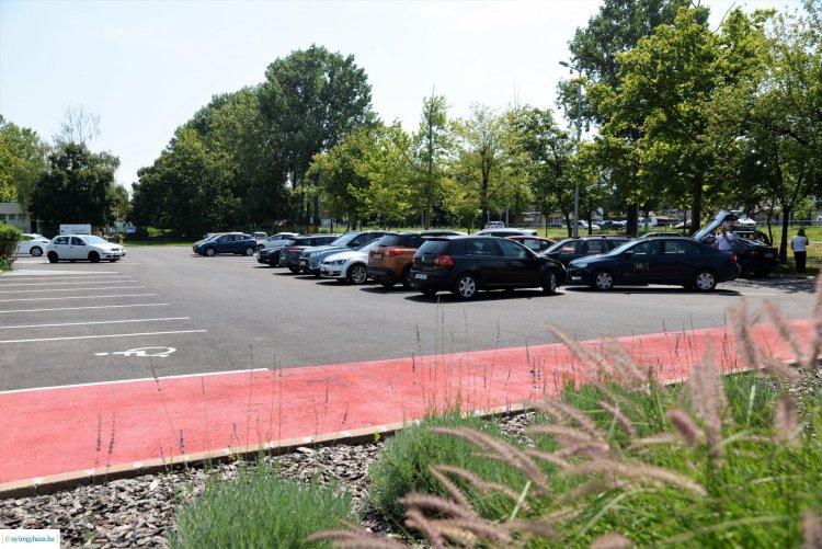 Megújult parkoló a Dunapack előtt - Több mint 2000 négyzetméter kapott szilárd burkolatot