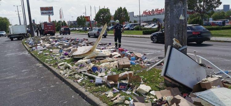 Fagylalt borította a László utcát – Jégkrémet szállító kisteherautó ütközött oszlopnak