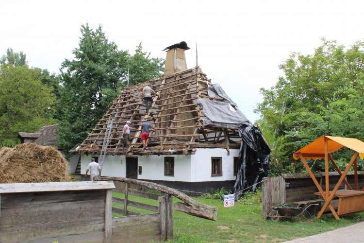 Újabb munkálatok a Sóstói Múzeumfalu területén – Két szalmatetős épület is megújul