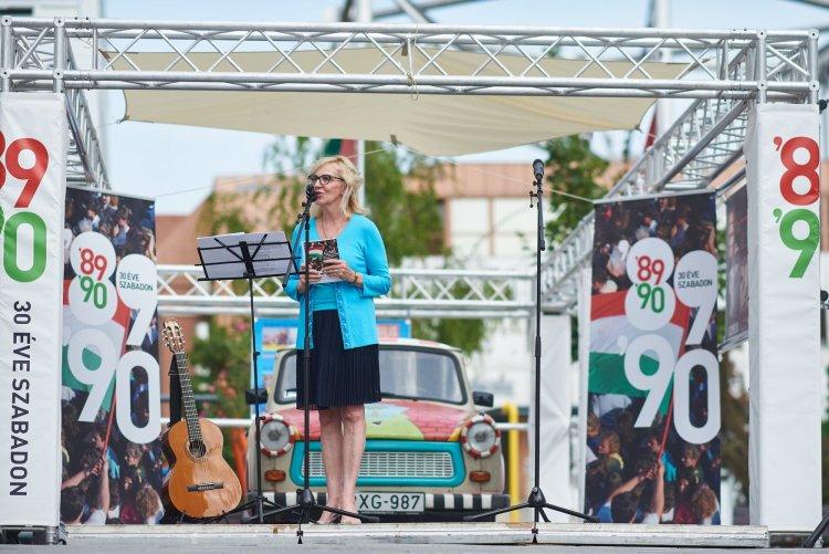 30 éve szabadon – Vándorkiállítás nyílt a Váci Mihály Kulturális Központ előtti téren