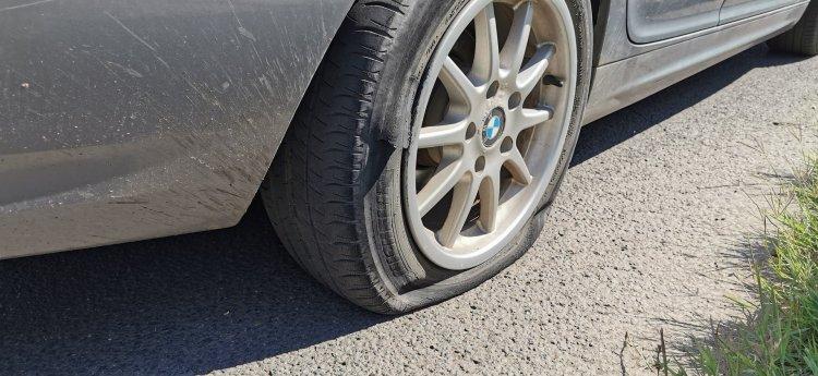 Padkának hajtott egy személygépkocsi a Korányi Frigyes utcán, totálkáros lett a jármű