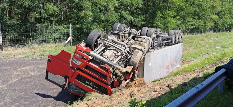 Átszakította a szalagkorlátot és árokba borult egy kamion az M3-as autópályán