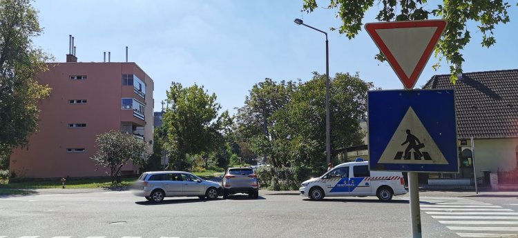 Jelentős anyagi kárral járó baleset történt Nyíregyházán, a Garibaldi utcán