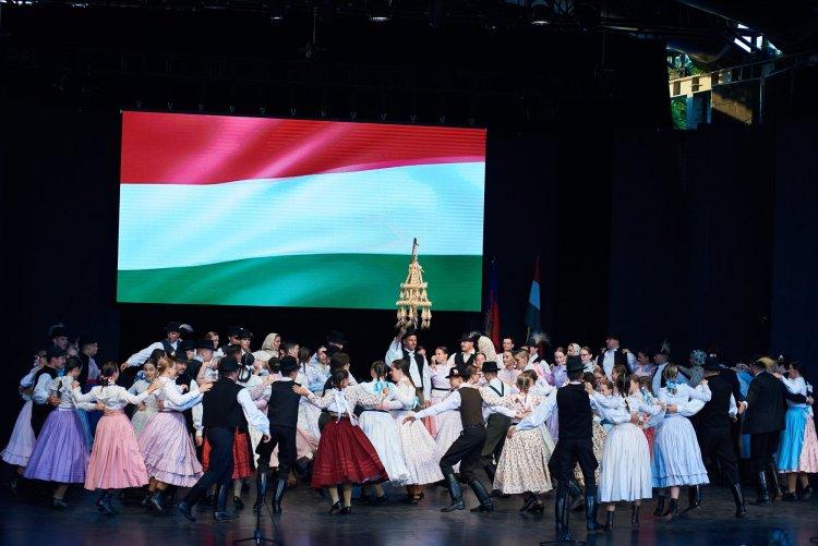 Tévés összefoglaló: a Rózsakert Szabadtéri Színpadon ünnepelt a város augusztus 20-án