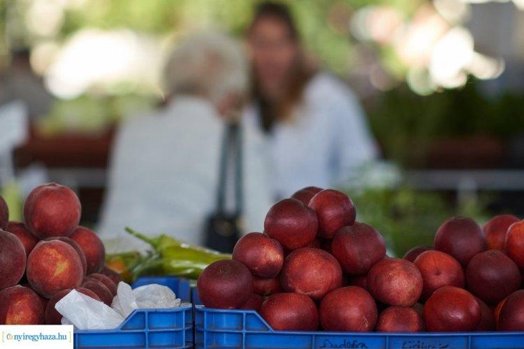 Jelentősen emelkedtek a zöldség- és gyümölcsárak a Búza téri piacon