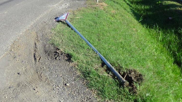 Közúti KRESZ-táblát törtek a Kisteleki bokori útnál