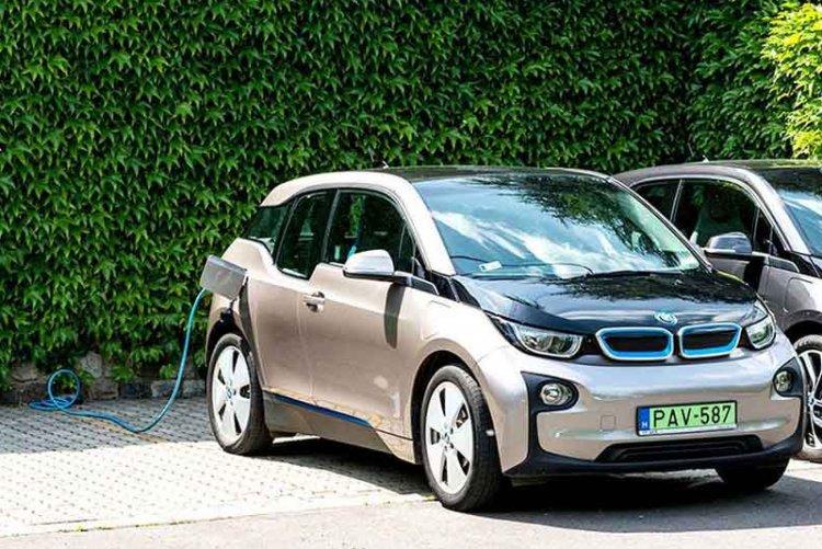 A kormány további 882 millió forinttal támogatja az elektromosautó-vásárlást