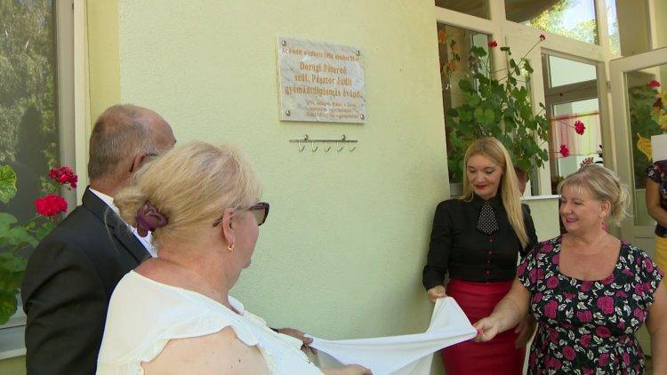 Emléktáblát avattak – Dorogi Péterné Pásztor Judit alapító óvónő előtt tisztelegtek