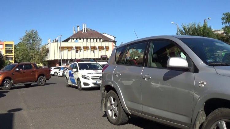 Két autó ütközött a Szent István utcán, a kórházzal szembeni parkolóban