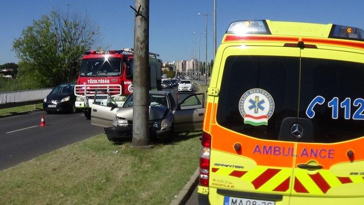 Oszlopnak ütközött egy autó Nyíregyházán, a László utca és a Belső körút kereszteződésénél