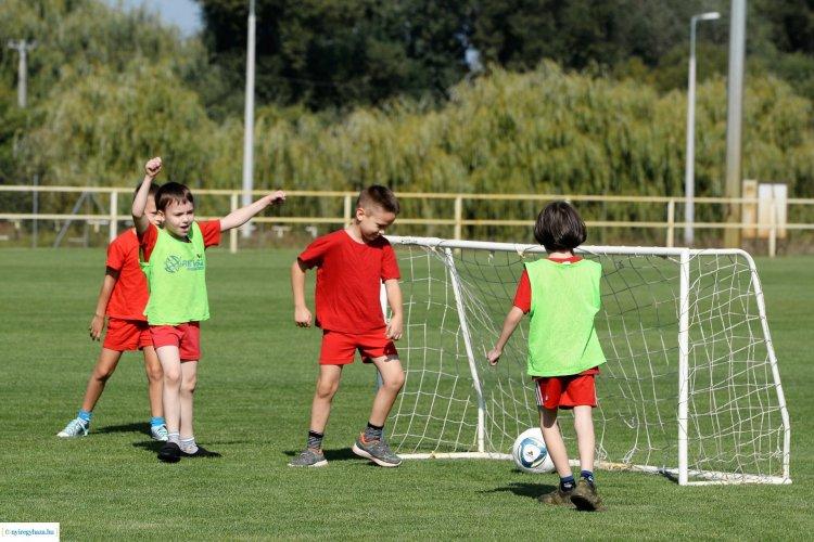 Szerződéskötés - Két nyíregyházi iskolában is rendszeresen tartanak fociedzéseket