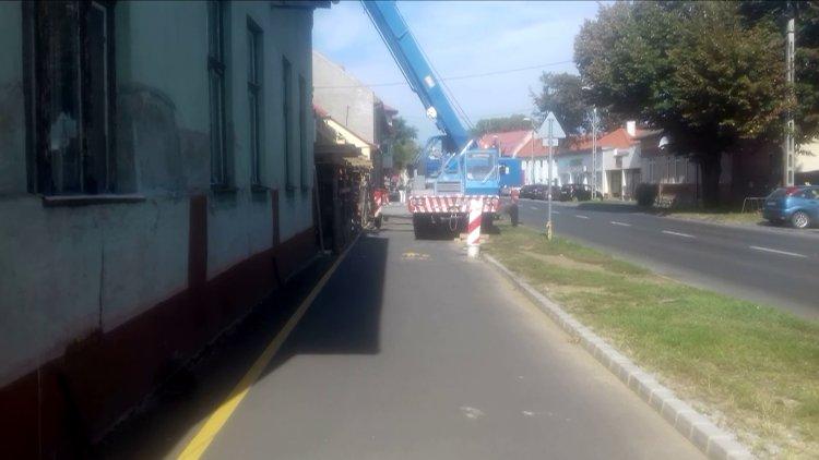 Korlátozzák a járdaszakaszt és a kerékpárutat a Kállói út 6. szám alatti építkezésnél