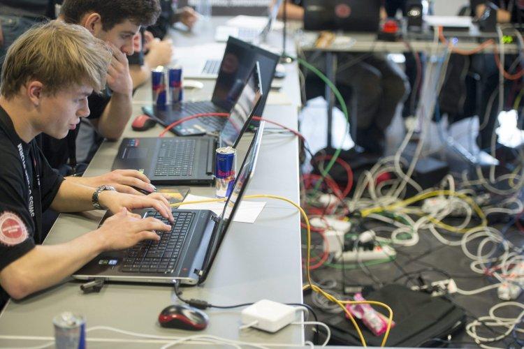 Programozó zseniket versenyeztet a Nemzeti Közszolgálati Egyetem