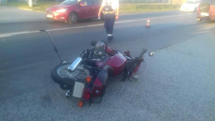 Elvakította a lenyugvó nap a sofőrt, szabályosan közlekedő motorost gázolt