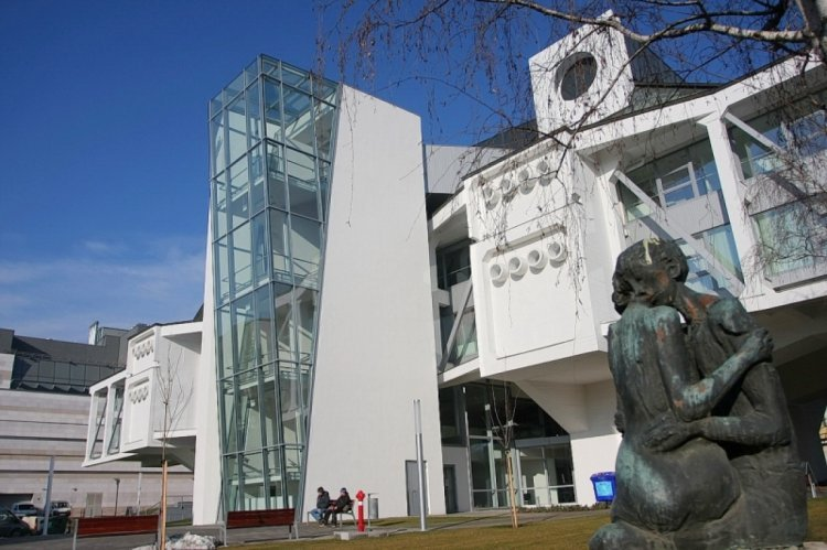 A szeptemberre és októberre tervezett nagyobb látogatószámú előadásait elhalasztja a VMKK