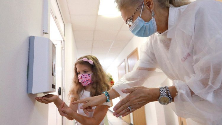 Az eldobható maszkot mosni nem lehet, viszont érdemes szellőztetni, sütőben fertőtleníteni