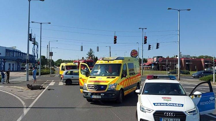 Három személyt szállítottak kórházba a Pazonyi úton történt balesetből