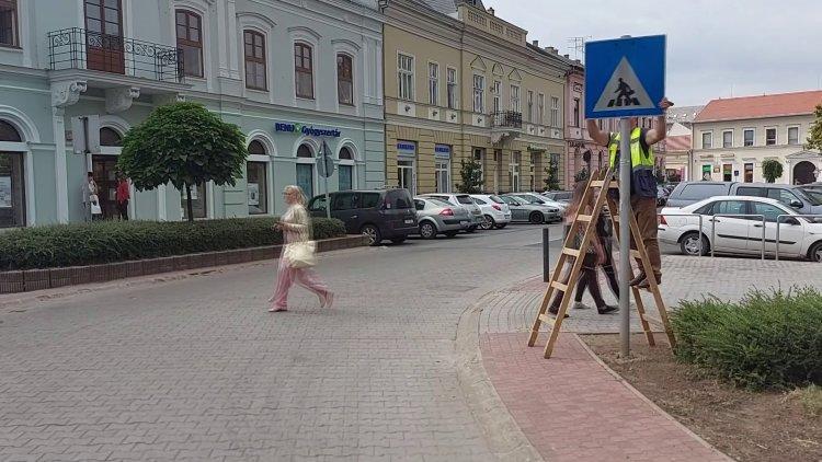 Zebrát jelző KRESZ-táblát fordított el egy ismeretlen személy a Hősök terén