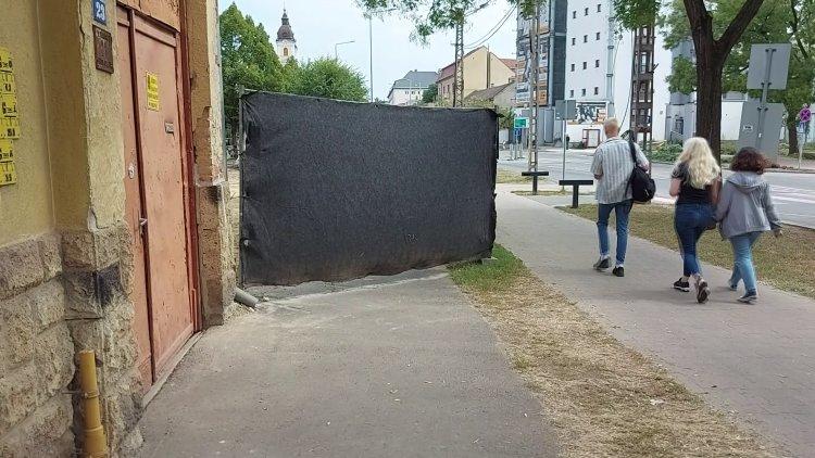 A kerékpárútra terelték a gyalogosforgalmat a Bethlen Gábor utcán épületbontás miatt