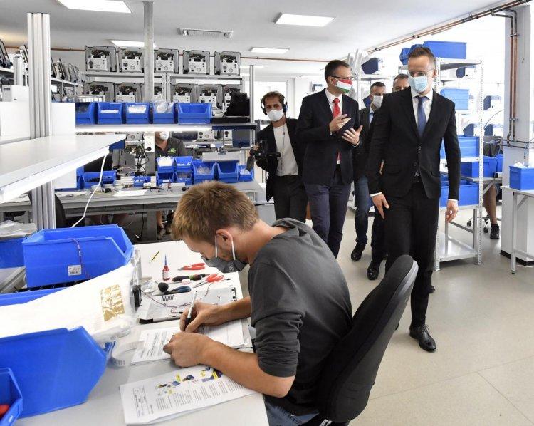 Szijjártó: elkészültek a Magyarországon gyártott, világszínvonalú lélegeztetőgépek