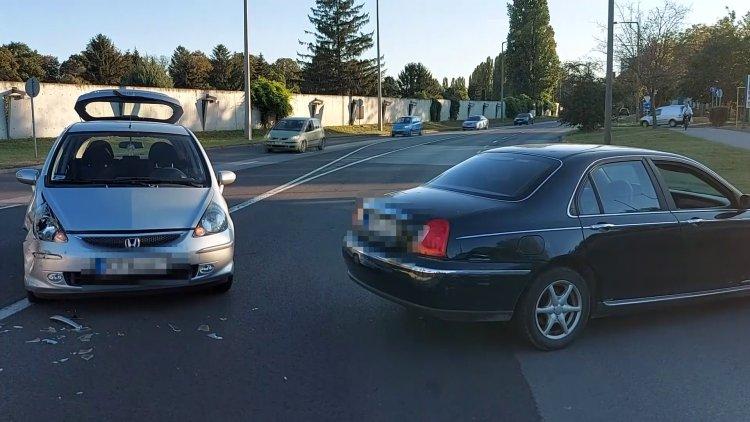 Két személygépkocsi ütközött össze a Korányi Frigyes utcán vasárnap délután