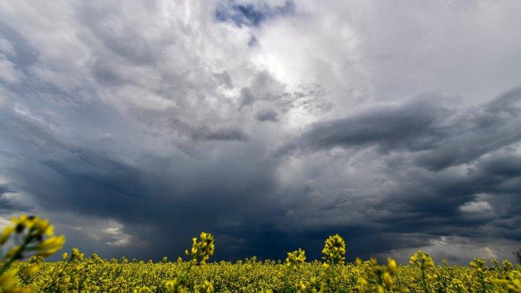 """""""Vágtatva kavarog sok sötét felhő"""" – Alig lesz látható az ég"""