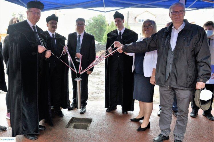 Alapkőletétel - 1,2 milliárd forintból bővítik a Jókai Mór Református Általános Iskolát