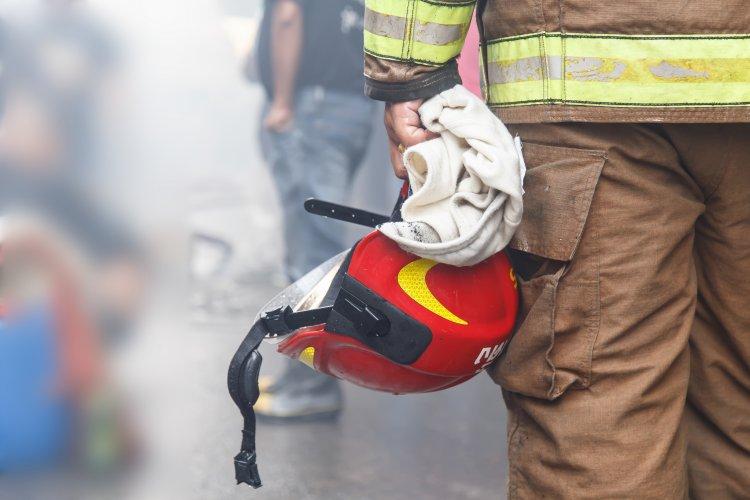 Égő személygépkocsi miatt riasztották a tűzoltókat, egy holttestet találtak az autóban