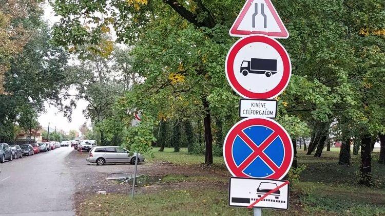 Egyre többen parkolnak szabálytalanul az Ibolya utcán