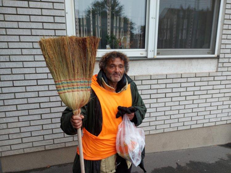 Sanyi 25 éve hajléktalan, a rend a mindene - Hétfőtől vasárnapig az utcákat takarítja
