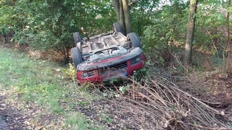 Elvesztette uralmát egy személygépjármű vezetője autója felett és felborult
