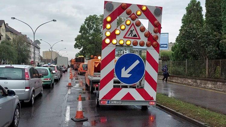Elkezdődött a Vasgyár utca szélső forgalmi sávjának felmarása és javítása