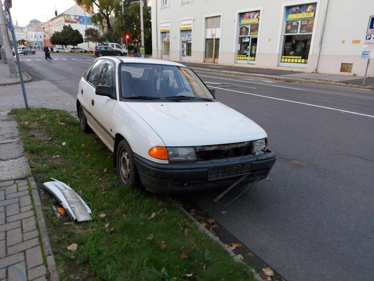 Szabálytalan sávváltás miatt karambolozott két jármű a Luther utcán