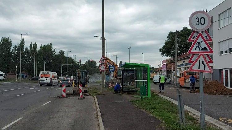 Csapadékelvezető kialakítása zajlik a Debreceni úton, a buszöböl egy részét felbontották