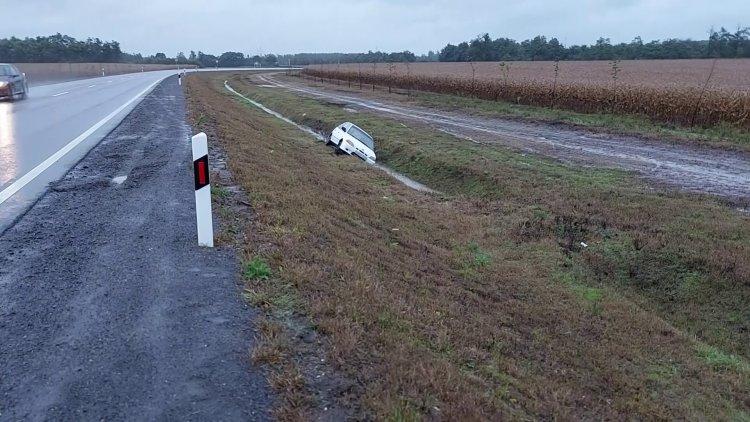 Megcsúszott és árokba borult egy autó a 338-as úton szerda reggelre virradóan