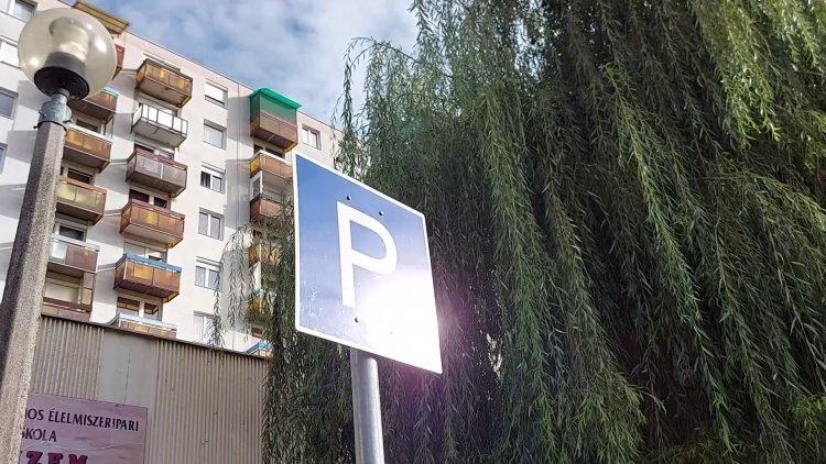 Mozgáskorlátozott-parkolót jelöltek ki az Ungvár sétány 25. számnál