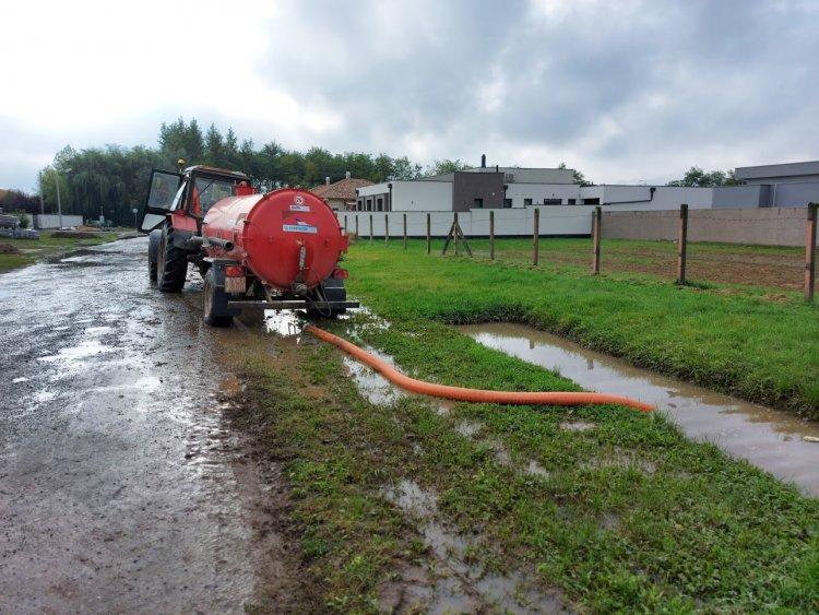 Szivattyúzás Oroson: megtelt csapadékvízzel a szikkasztóárok az esőzések miatt