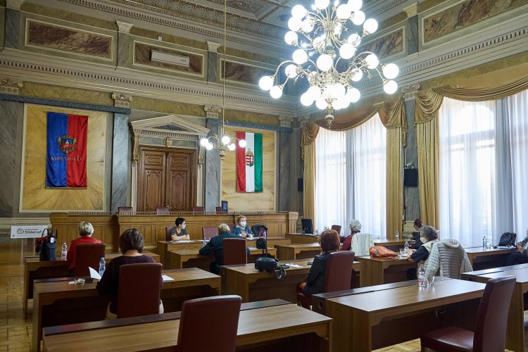 """Ülésezett az Idősügyi Tanács – Ismét meghirdették a """"Meséld el nekem"""" pályázatot"""