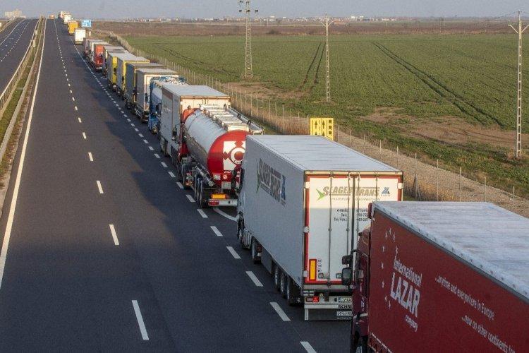 Végeláthatatlan kamionsor Csanádpalotánál -Többórás várakozásra kényszerülnek a teherautók