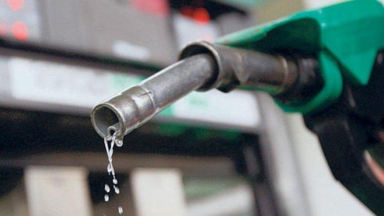 Most érdemes tankolni – Több mint két százalékkal csökkent a kőolaj ára hétfőn reggel
