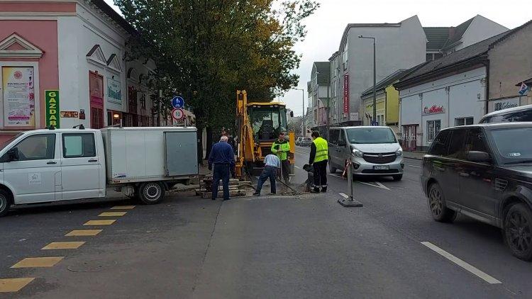 Forgalomkorlátozás: távhővezetéket javítanak a Nyírtávhő munkatársai a Rákóczi utcánál