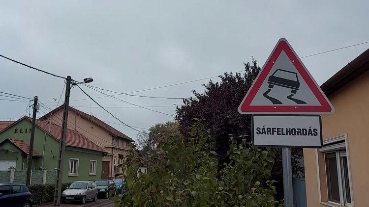 Sárfelhordás KRESZ-tábla figyelmezteti az autósokat a Derkovits utcán