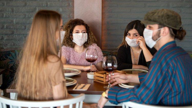 A szórakozóhelyeken és a vendéglátásban is kötelező lesz a maszkhasználat