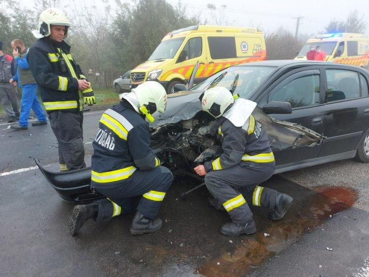 Hármas karambol történt a reggeli ködös időben, három sérültet szállítottak kórházba