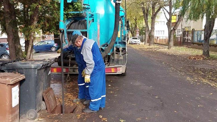 A csapadékrendszer tisztítását végzik a Könyök utcán, a Kertvárosban